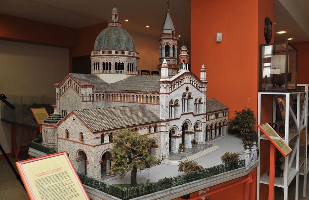 Medioevo - la Chiesa   Civica Galleria Figurino Storico